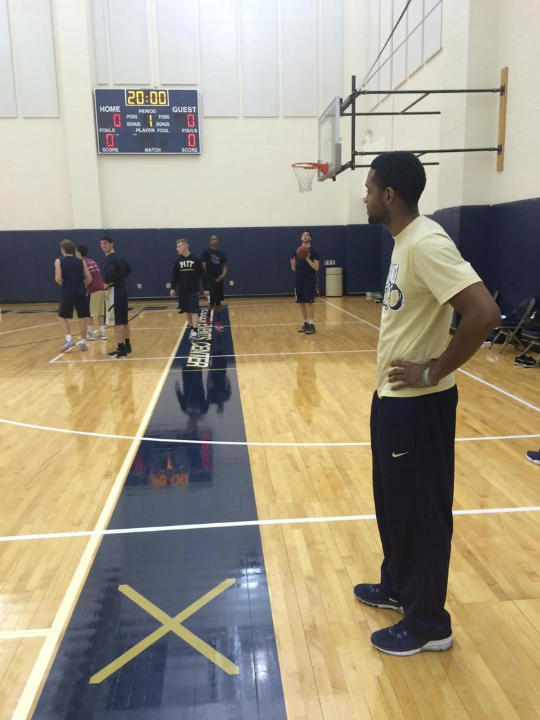 Sheldon Jeter coaches the basketball managers team. (Courtesy of Caleb Gilbride)