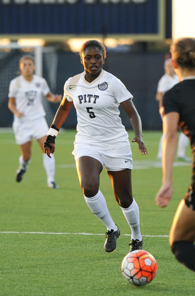 Sophomore Taylor Pryce dribbles the ball down the field. Wenhao Wu | Staff Photographer