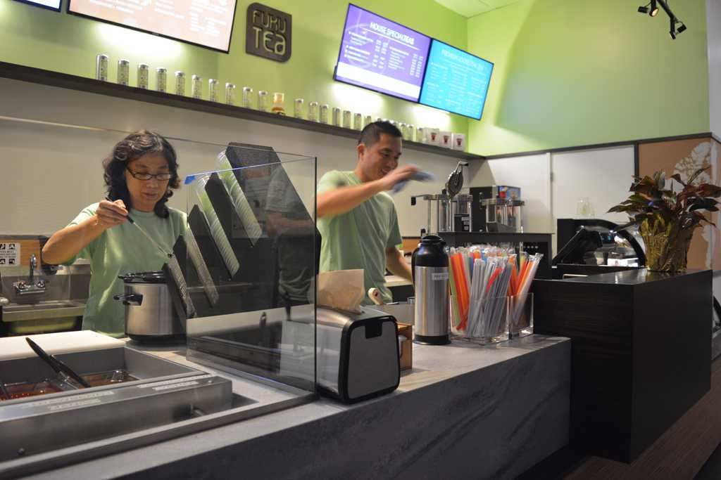 Two employees prepare drinks at Fuku Tea.  Valkyrie Speaker | Staff Photographer