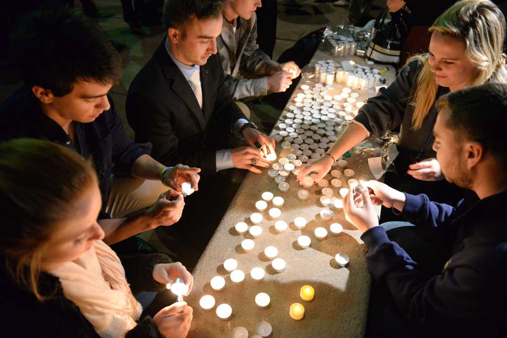 Pitt students gather at a candlelight vigil to show their love and support for the recent tragedies in Paris, Beirut, and Baghdad.  Wenhao Wu | Staff Photographer