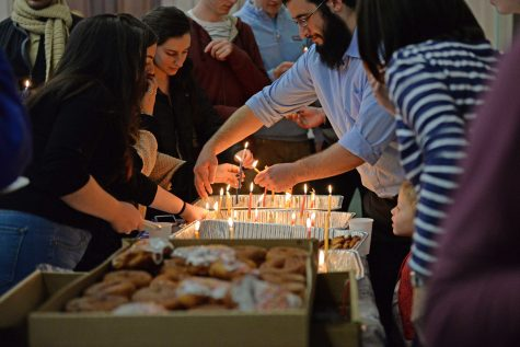 Students gather in the William Pitt Union to celebrate the first night of Hanukkah. Kate Koenig | Staff Photographer