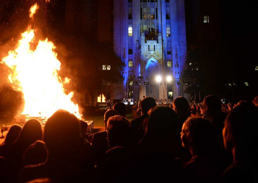 Thursday+night%27s+bonfire+glowed+in+front+of+the+blue+and+gold+lights+on+the+Cathedral+of+Learning.+%7C+Meghan+Sunners+%2F+Senior+Staff+Photographer