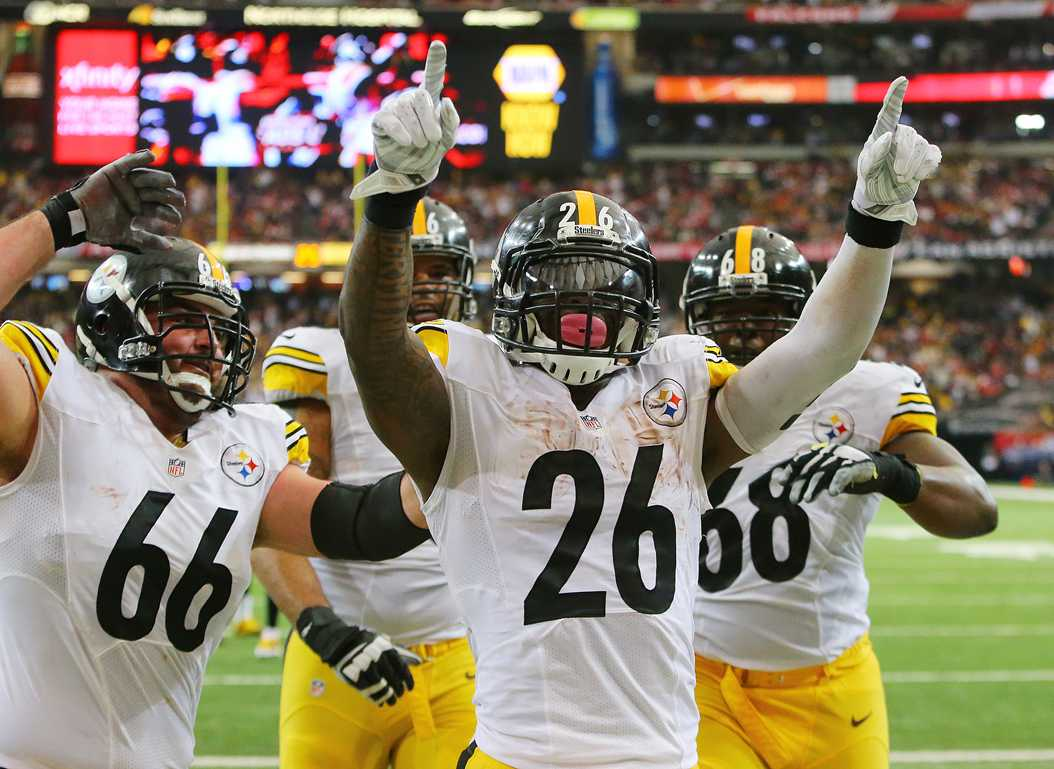 Pittsburgh Steelers running back Le'Veon Bell celebrates his short touchdown run for a 20-7 lead over the Atlanta Falcons in the final minute of the first half on Sunday, Dec. 14, 2014, at the Georgia Dome in Atlanta. (TNS)
