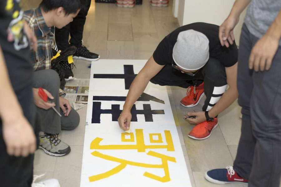 Pitt+students+prepare+for+the+Mid-Autumn+Festival+Saturday+evening.+Wenhao+Wu+%7C+Senior+Staff+Photographer