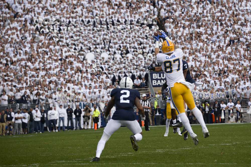 Tight end Chris Clark drops a pass in the first half. (Photo by Wenhao Wu / Assistant Visual Editor)