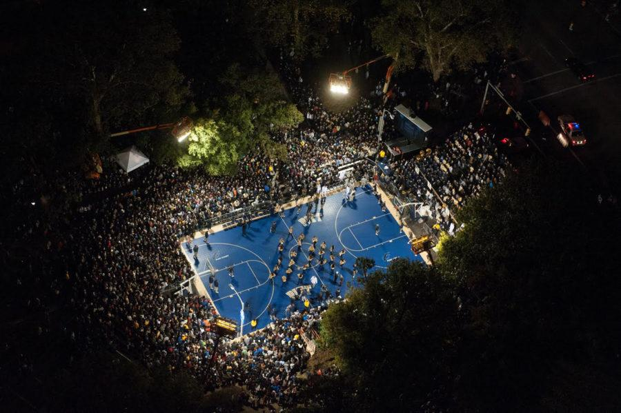 Students+and+fans+gathered+outside+the+Cathedral+in+2012+to+watch+Pitt+basketball+take+part+in+the+night%27s+events.+%28Courtesy+of+Pitt+Athletics%29
