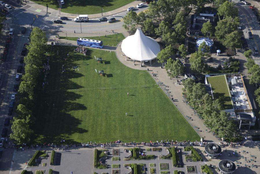 Potential American Idol contestants line the border of Schenley Plaza waiting to audition in June 2015. (Photo by Theo Schwarz | Senior Staff Photographer)