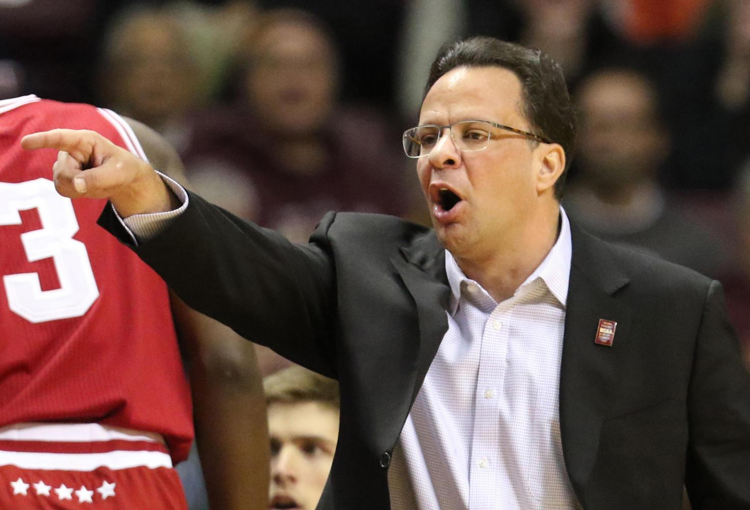 Then-Indiana head coach Tom Crean yells instructions to his players during the first half against Minnesota on Saturday, Jan. 16, 2016, at Williams Arena in Minneapolis. (David Joles/Minneapolis Star Tribune/TNS)