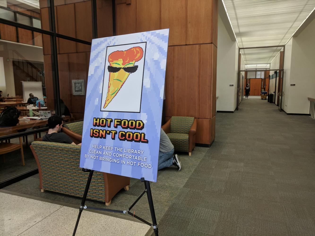 A sign in Hillman Library with the library's policy against hot food. (Photo by John Hamilton | Managing Editor)