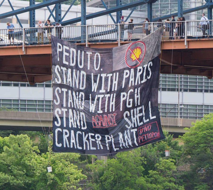 Free+the+Planet%2C+an+environmental+organization+at+Pitt%2C+organized+Friday+morning%E2%80%99s+banner+drop+off+of+Smithfield+Street+bridge+in+protest+of+the+construction+of+Beaver+County%E2%80%99s+ethylene+cracker+plant.+%28Photo+courtesy+of+Mark+Dixon%29
