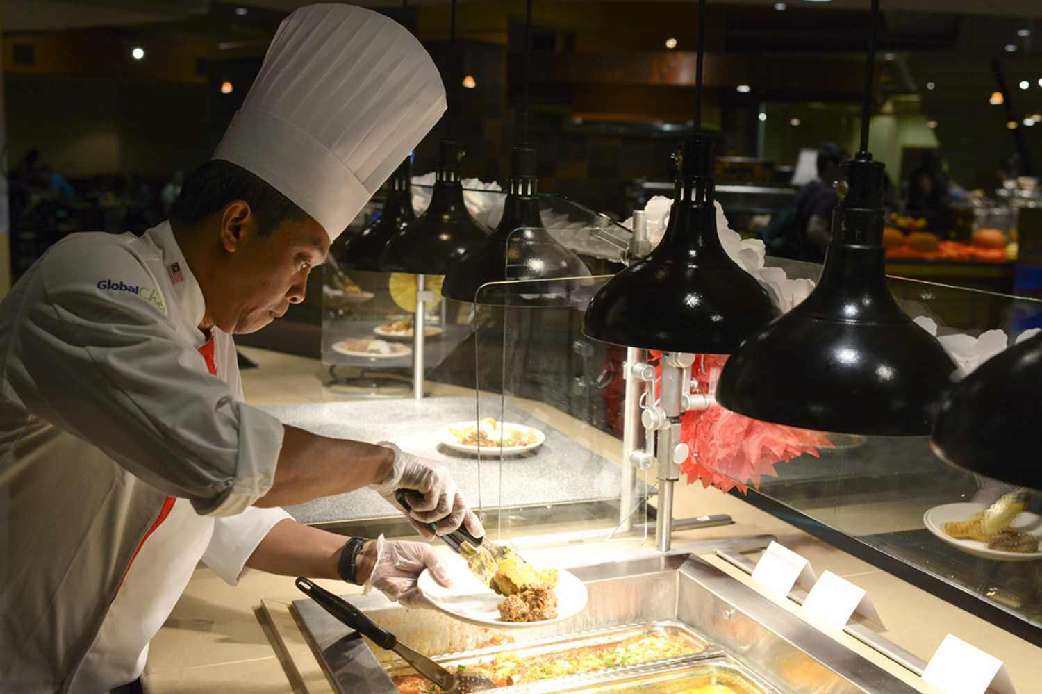 A chef plates a meal at Market Central — the larger lower campus alternative to The Perch. (Photo by Wenhao Wu | Senior Staff Photographer)