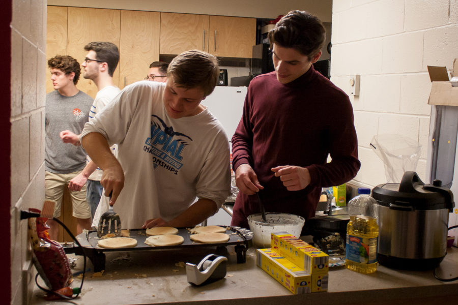 Members+of+Delta+Chi+make+pancakes+to+raise+money+for+the+Tree+of+Life+Synagogue.+%0A%0A