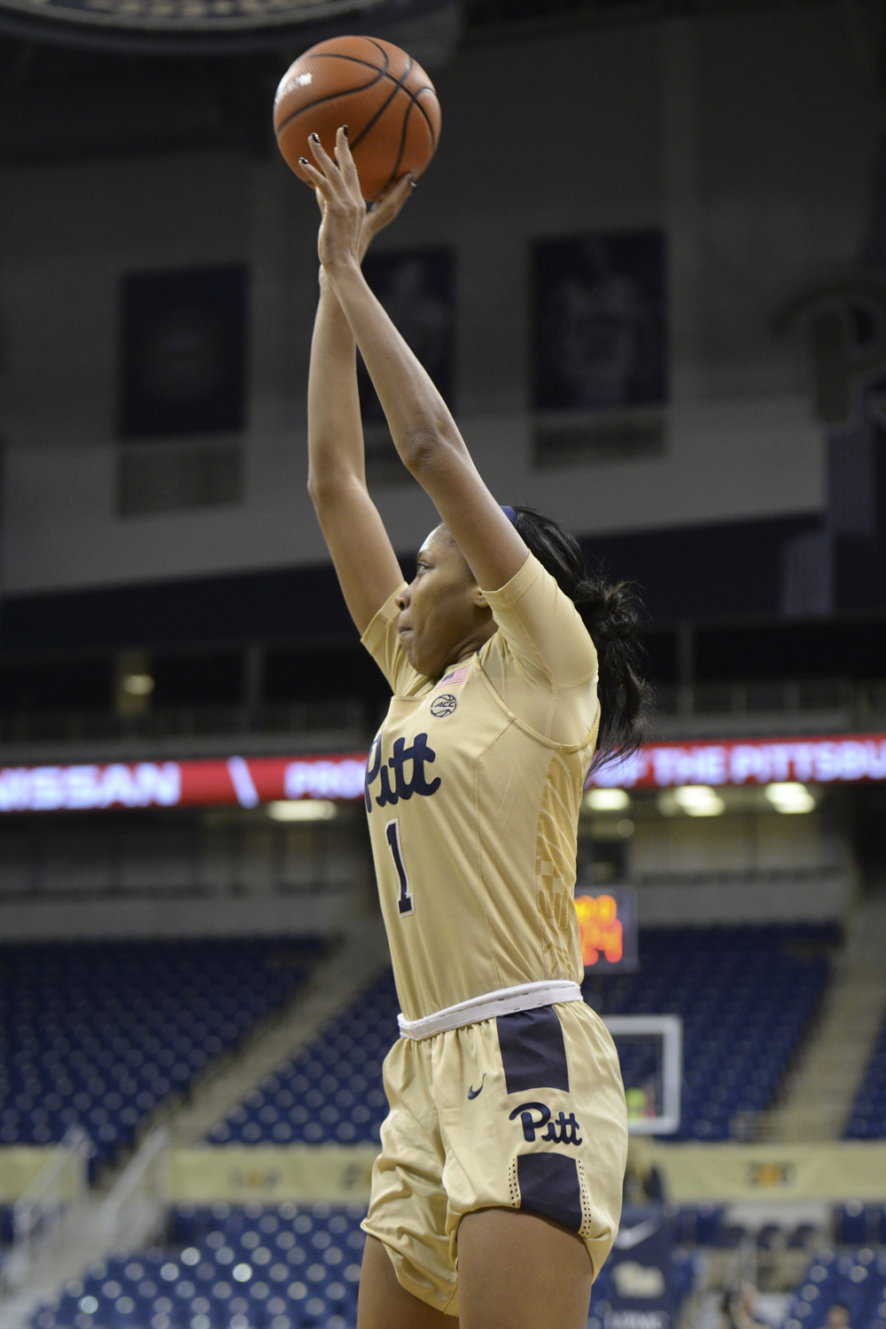 Then-junior Danielle Garven takes a shot during a game against the Syracuse Oranges in February.