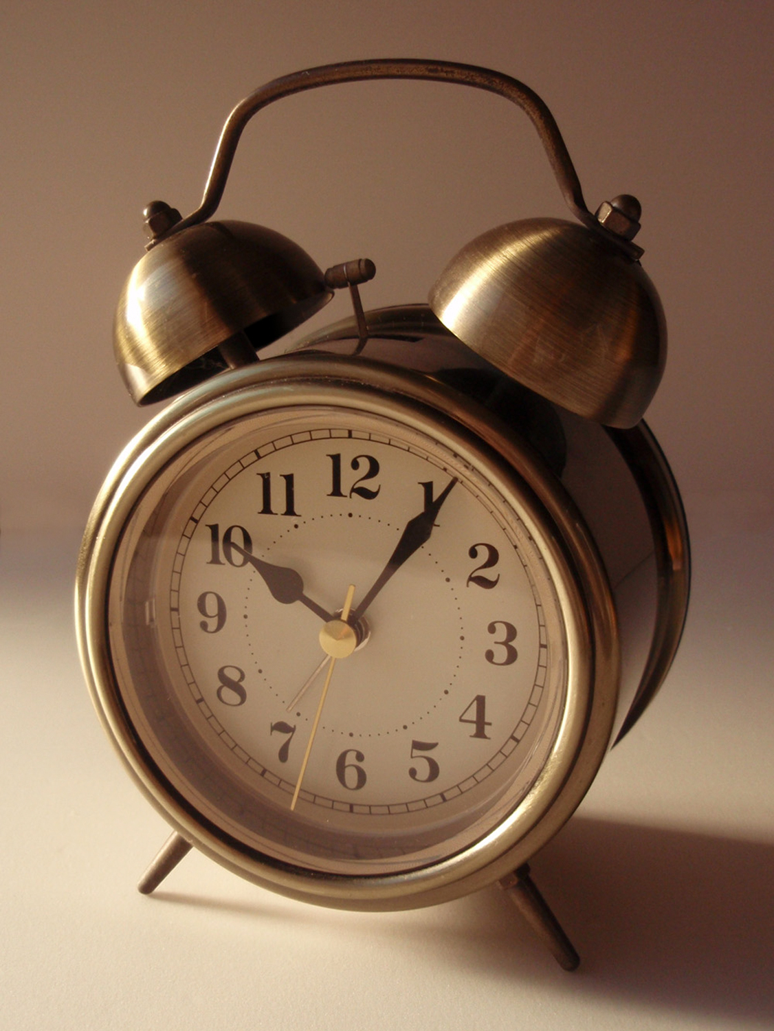 Setting a fixed time to wake up in the morning can help the body adapt to a daily schedule.