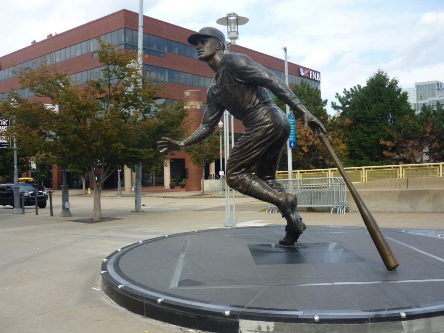 A+bronze+sculpture+of+Roberto+Clemente+at+PNC+Park%2C+located+on+Federal+street+near+the+Roberto+Clemente+Bridge.